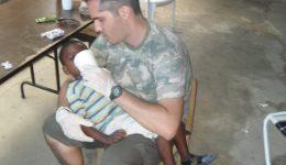 Leonardo Paulino socorrendo criança no Haiti em 2010.