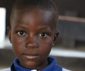 Conheça a história de Jean Jerry, a criança que sonha alfabetizar crianças na nação do Haiti.