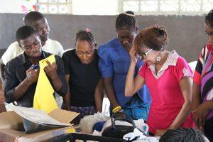 Marileide ensinando produção de artesanatos (2018)
