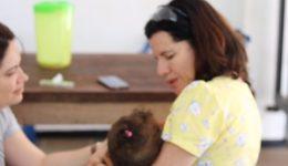 Medicos com bebê de uma refugiada da Venezuela