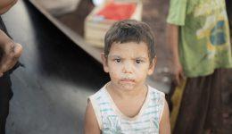 Criança e família assistida no Paraguai